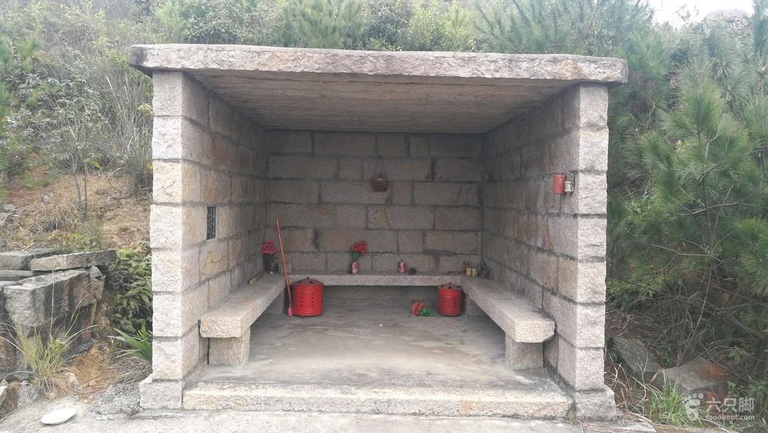 """红山-童子拜观音-状元墓-叠石-娘娘髻-座山雕-君竹环岛""""童子拜观音""""石组边上建有石构休息室,但凡这样的石室,我看也是个土地庙吧?石室边有个洗手池,打开水龙头,有细水流出,是谁引来的山泉水?"""