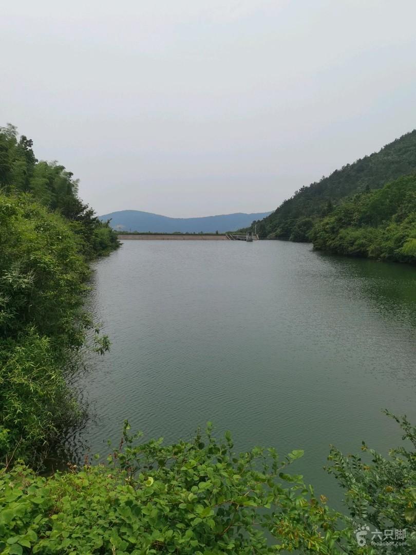 铜官山绝佳风景观赏路线~崖壁之美山脚水库(山花岭水库),可以看到水中游弋的大青鱼,吼吼!
